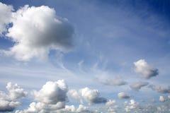 Cielo azul y nubes blancas Fotografía de archivo libre de regalías