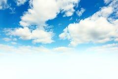 Cielo azul y nubes blancas imagen de archivo