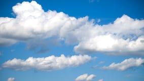 Cielo azul y nubes blancas Imagen de archivo libre de regalías