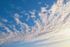 Cielo azul y nubes blancas hermosas iluminados por el sol foto de archivo libre de regalías