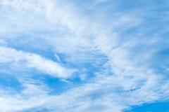 Cielo azul y nubes de la belleza en naturaleza Foto de archivo