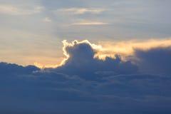 Cielo azul y nubes de la puesta del sol Imagenes de archivo