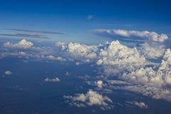 Cielo azul y nubes del aeroplano Fotos de archivo