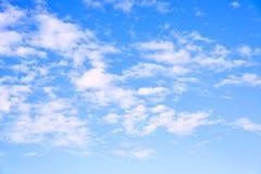 Cielo azul y nubes del verano Fotos de archivo libres de regalías