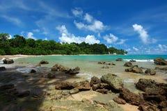 Cielo azul y nubes en la isla de Havelock. Islas de Andaman, la India Fotografía de archivo
