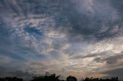 Cielo azul y nubes en la puesta del sol Foto de archivo libre de regalías