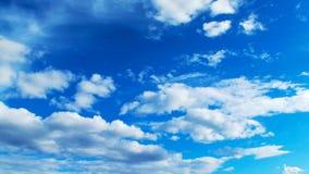 Cielo azul y nubes hermosos foto de archivo