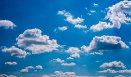 Cielo azul y nubes hinchadas foto de archivo libre de regalías