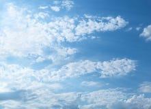 Cielo azul y nubes hinchadas Foto de archivo