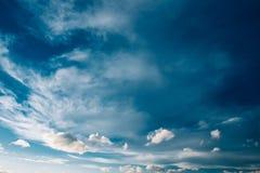 Cielo azul y nubes mullidas, fondo brillante de Cloudscape Imagen de archivo