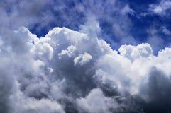 Cielo azul y nubes mullidas grandes Fotos de archivo