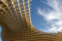 Cielo azul y nubes vistos de la parte inferior de las cerdas en Sevilla imagen de archivo libre de regalías