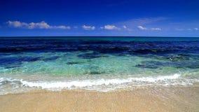 Cielo azul y olas oceánicas almacen de metraje de vídeo