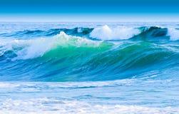 Cielo azul y ondas costales Fotografía de archivo