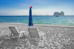 Cielo azul y playa blanca de la arena Fotos de archivo