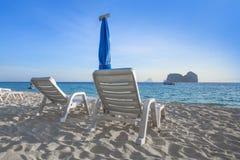 Cielo azul y playa blanca de la arena Foto de archivo
