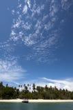 Cielo azul y playa tropical (la KOH sonó, Phuket, Tailandia) imágenes de archivo libres de regalías