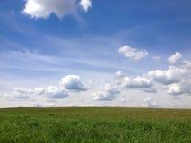 Cielo azul y prado verde Imagen de archivo libre de regalías