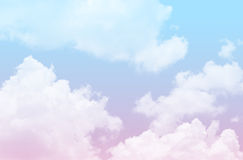Cielo azul y rosado con nublado Foto de archivo libre de regalías