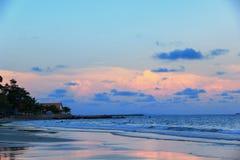Cielo azul y rosado en el mar Fotografía de archivo libre de regalías