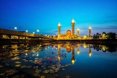 Cielo azul y salida del sol sobre Tengku Ampuan Jemaah Mosque en Bukit J fotos de archivo
