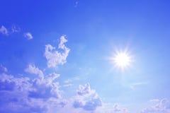 Cielo azul y sol brillante con las nubes Imagen de archivo libre de regalías