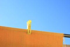 Cielo azul y toalla amarilla foto de archivo