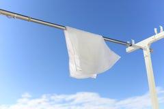 Cielo azul y toalla blanca Imágenes de archivo libres de regalías