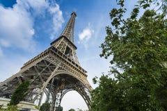 Cielo azul y torre Eiffel profundos con el árbol Imagen de archivo