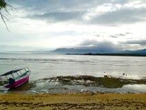 Cielo, barca e la spiaggia esotica immagine stock
