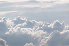 Cielo bianco e nuvole gonfie Fotografie Stock