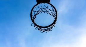 Cielo blu all'aperto del gioco di sport della corte di pallacanestro per progettazione del fondo fotografie stock