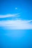 Cielo blu & nube wispy Immagini Stock