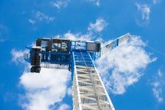 Cielo blu ascendente della gru di costruzione di vista Immagine Stock