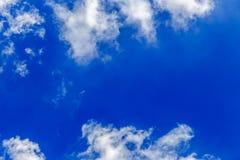Cielo blu astratto con il fondo bianco della nuvola Immagini Stock