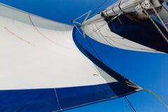 Cielo blu bianco della vela Immagine Stock