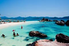 Cielo blu bianco tropicale del arainst della spiaggia di sabbia Isole di Similan, Phu Immagini Stock Libere da Diritti