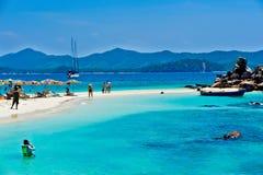 Cielo blu bianco tropicale del arainst della spiaggia di sabbia Isole di Similan, Phu Fotografia Stock