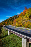 Cielo blu blu di Ridge Parkway In Fall With Fotografia Stock Libera da Diritti