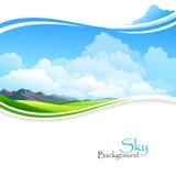 Cielo blu, campi verdi e colline distanti Immagini Stock Libere da Diritti
