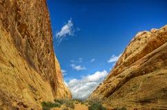 Cielo blu in canyon scanalato del deserto Fotografia Stock