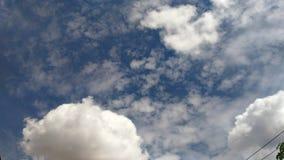 Cielo blu-chiaro con la nuvola fotografie stock libere da diritti
