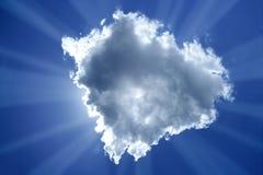 Cielo blu-chiaro magico della lampadina della nube del sole del fascio Fotografie Stock Libere da Diritti