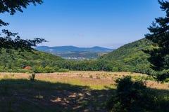 Cielo blu, colline verdi e un campo giallo Colori nel natyurel di stile Fotografia Stock