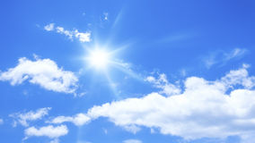 Cielo blu con alcune nuvole ed il sole Fotografie Stock