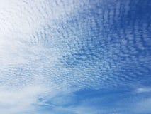 Cielo blu con i cirri bianchi un chiaro giorno soleggiato Sfondo naturale per progettazione successiva Previsioni del tempo per i fotografie stock libere da diritti