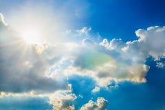 Cielo blu con i raggi del sole Fotografia Stock