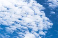 Cielo blu con il cielo blu del primo piano della nuvola con il fondo delle nuvole Immagini Stock Libere da Diritti