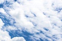 Cielo blu con il cielo blu del primo piano della nuvola con il fondo delle nuvole Immagine Stock