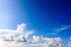 Cielo blu con il fondo bianco della nuvola immagini stock